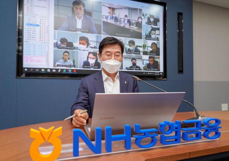 김형신 사업전략부문장이 '2021년 제2차 자산운용전략회의'를 주재하고 있다.