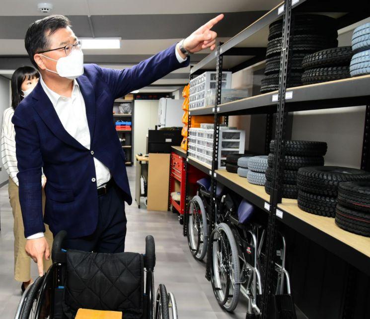 류경기 중랑구청장이 중랑구 장애인 이동기기 수리센터 내부를 둘러보고 있다.