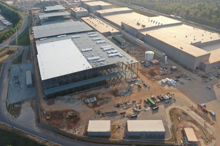 SK배터리아메리카가 미국 조지아주에 짓고 있는 전기차배터리 공장. 2공장(사진 왼쪽)은 후년 양산을 목표로 현재 공사중이며 1공장은 올해 초 완공했다. 사진제공=SK이노베이션