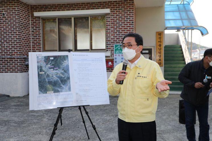 El alcalde de Gyeongnam Changwon, Heo Seong-moo, explica la necesidad a los residentes de la aldea de Pyeongseong, Naeseo-eup, el área donde se reubicará la prisión de Changwon.[이미지출처=창원시]