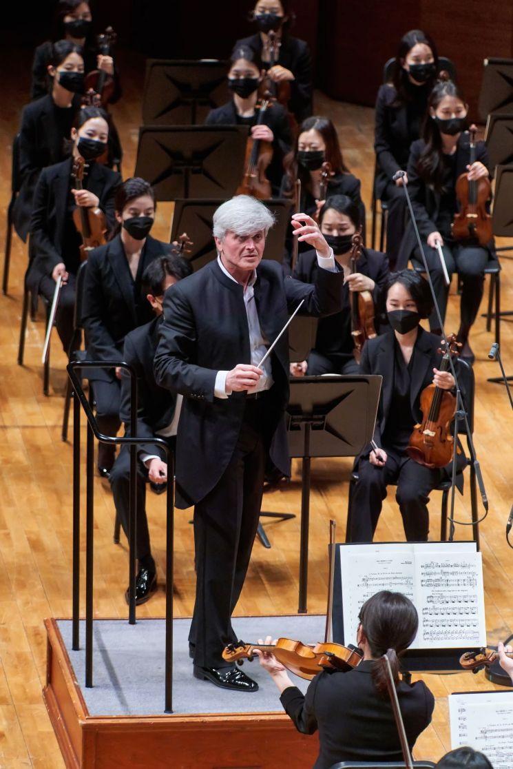 3월30일부터 4월22일까지 서울 예술의전당에서 열린 '2021 교향악축제'에서 마시모 자네티 경기필하모닉오케스트라 상임지휘자 및 예술감독이 연주단과 연주중인 모습.