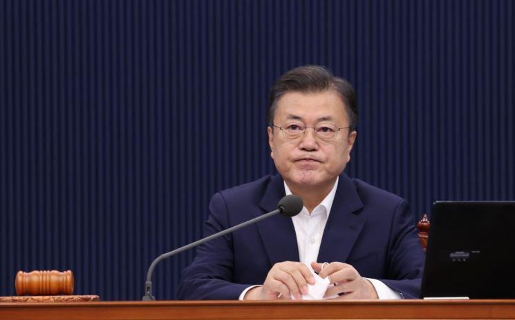 지난달 27일 청와대 국무회의에 참석한 문재인 대통령./사진제공=연합뉴스