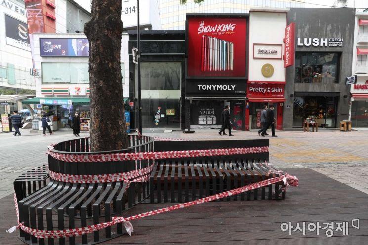 의자에 출입통제 띠가 둘러져 있다. 뒤편 상점은 폐업해 불이 꺼져 있다. /문호남 기자 munonam@