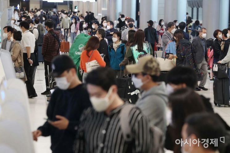 30일 서울 강서구 김포공항 국내선 청사가 여행객 등으로 붐비고 있다. /문호남 기자 munonam@