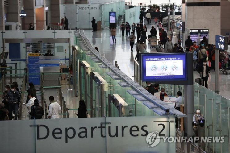 인천공항 출국장에서 이용객들을 위한 예방법이 안내되고 있다. 사진은 기사 중 특정 표현과 무관. [이미지출처=연합뉴스]