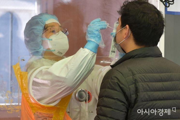 코로나19 확산세가 이어지면서 2일 신규확진자가 나흘째 600명대를 기록했다. 서울역 광장에 마련된 임시선별진료소를 찾은 시민들이 코로나19 검사를 받고 있다./윤동주 기자 doso7@