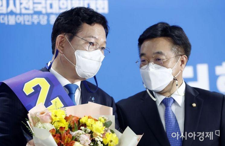 2일 더불어민주당 신임 대표로 선출된 송영길 후보가 윤호중 원내대표와 이야기를 나누고 있다./국회사진기자단