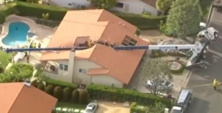 지난달 26일(현지 시각) 미국 캘리포니아주 로스앤젤레스에서 한 대형 크레인이 전복돼 주택을 덮치는 사고가 발생했다. [사진=유튜브 'KTLA 5' 캡처]