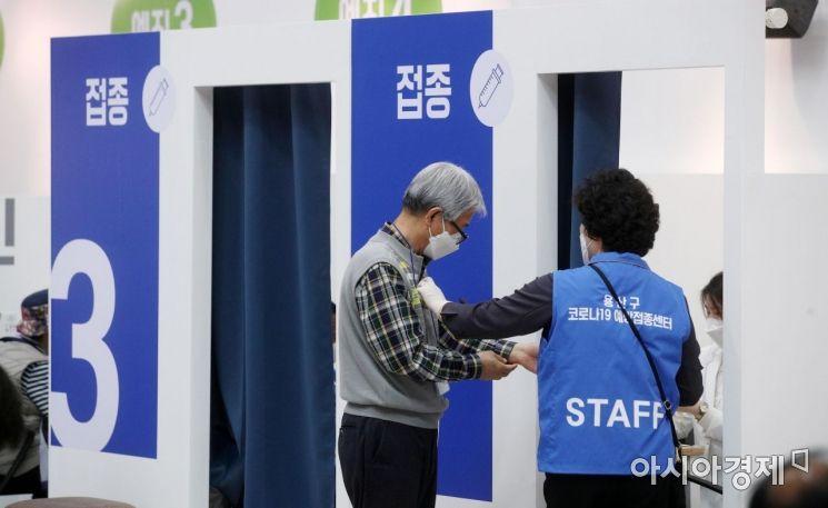3일 서울 용산구 예방접종센터에서 고령자 등 백신 접종자들이 접종실로 들어가고 있다./김현민 기자 kimhyun81@