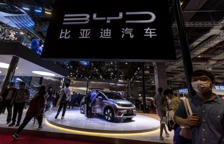 지난 4월 상하이에서 열린 오토상하이 행사에서 관람객이 차량을 살펴보고 있다.<이미지출처:연합뉴스>