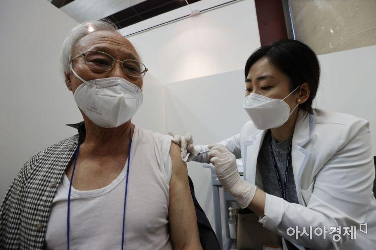 지난 3일 서울 용산구 예방접종센터에서 한 어르신이 코로나19 백신을 접종하고 있다./김현민 기자 kimhyun81@