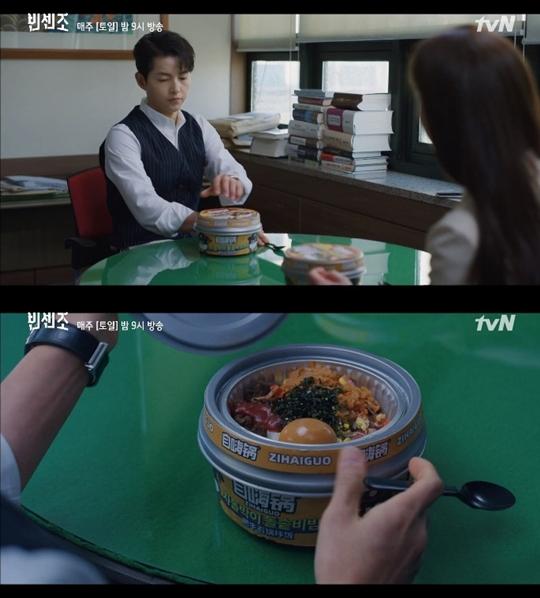 지난 3월14일 방송된 '빈센조'에서 빈센조 까사노(송중기 분)와 홍차영(전여빈 분) 변호사가 사무실에서 중국어로 적힌 즉석 식품을 먹는 모습이 나왔다. 사진=tvN 방송화면 캡처.