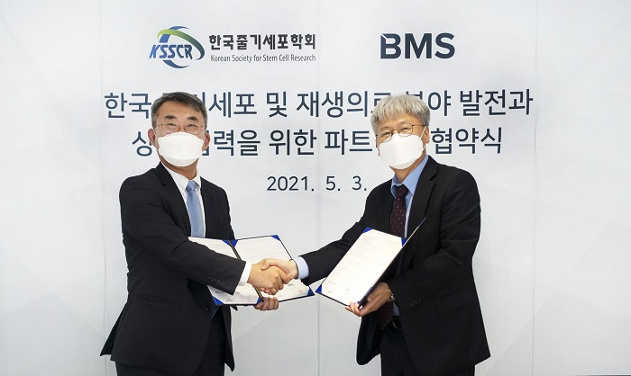 좌 - 사단법인 한국줄기세포학회 (KSSCR) 송지환 회장, 우 - (주)비엠에스 (Bio-Medical Science Co., Ltd.) 임덕현 부사장