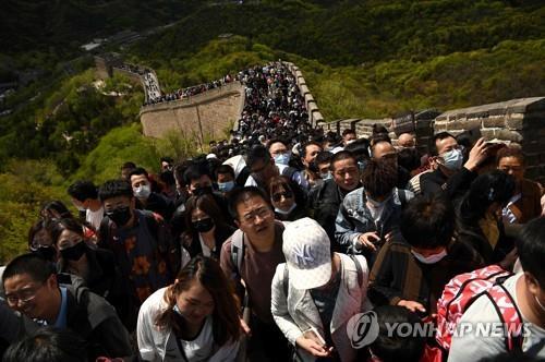 지난 1일 관광객들로 북적이는 베이징 만리장성. [이미지출처=연합뉴스]