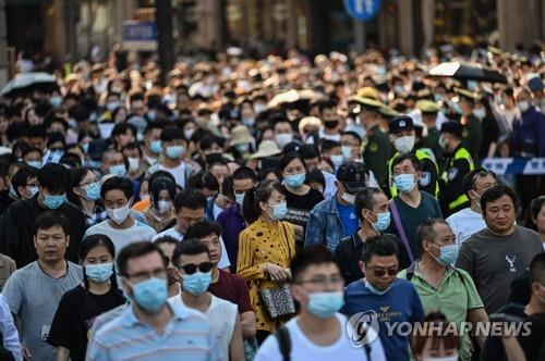 지난 1일 상하이의 와이탄을 찾은 관광객들. [이미지출처=연합뉴스]