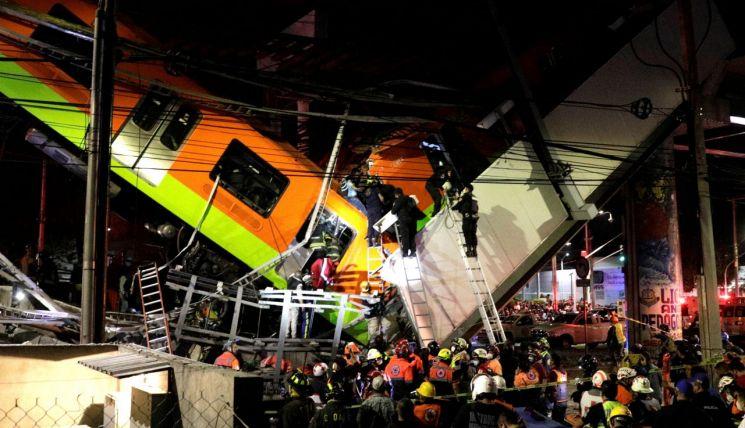 3일(현지시간) 멕시코 수도 멕시코시티 고가철도 붕괴사고 현장에서 구조작업이 진행 중인 모습 [이미지출처=로이터연합뉴스]