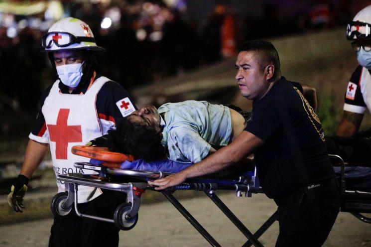 3일(현지시간) 멕시코 수도 멕시코시티 고가철도 붕괴사고 현장에서 구조대가 부상자를 후송하고 있는 모습 [이미지출처=로이터연합뉴스]
