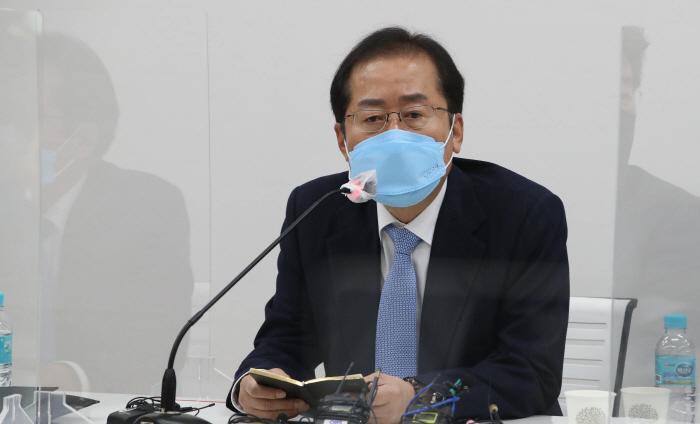 홍준표 무소속 의원이 지난 3월 서울 마포구 현대빌딩에서 열린 '더 좋은 세상으로(마포포럼)' 세미나에 참석해 인사말을 하고 있다. [이미지출처=연합뉴스]