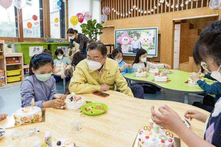 [포토]김선갑 광진구청장, 어린이날 맞아 아동시설 방문