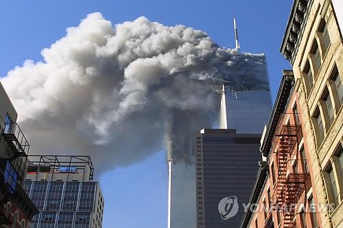 지난 2001년 9월11일(현지시간) 비행기 테러로 인해 미국 뉴욕 쌍둥이빌딩이 불에 타는 모습. 9.11 테러는 피터 틸의 팔란티어 창업에 결정적인 영향을 미친 것으로 전해졌다. / 사진=연합뉴스