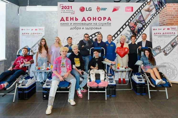 LG전자가 최근 러시아 모스크바에서 헌혈의 중요성을 널리 알리기 위한 'Life is Good' 캠페인을 펼쳤다. 이번 캠페인에는 러시아 시민들과 작가, 우주 비행사, 배우 등 현지 인플루언서들이 함께 동참했다./사진제공=LG전자