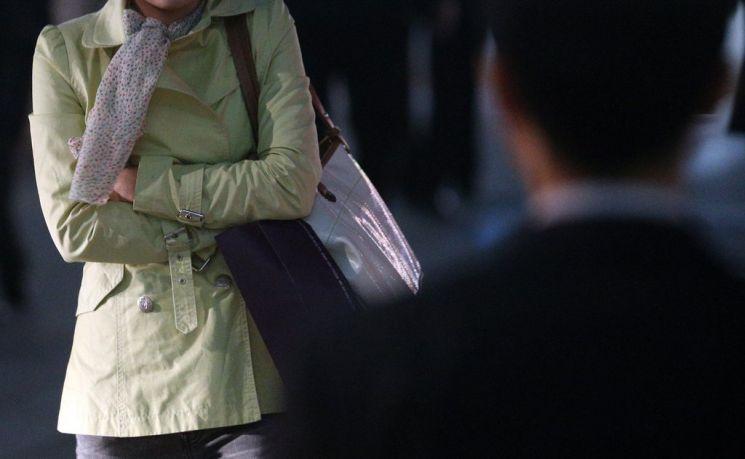 최근 한 온라인 카페에 불륜 관련 글이 올라와 논란이 일고 있다. [이미지출처=연합뉴스]
