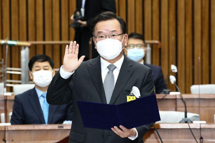 김부겸 국무총리 후보자가 6일 국회에서 열린 인사청문회에서 선서하고 있다. 2021.5.6 [이미지출처=연합뉴스]