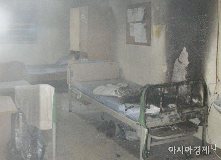 사진은 5일 밤 10시46분께 발생한 대구시 동구 정신병원 7층 병실 화재 현장 모습.