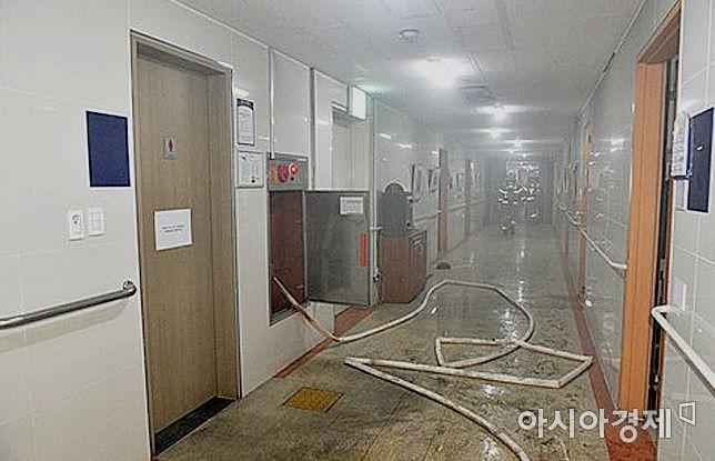 사진은 5일 밤 10시46분께 발생한 대구시 동구 정신병원 7층   화재 현장 모습.