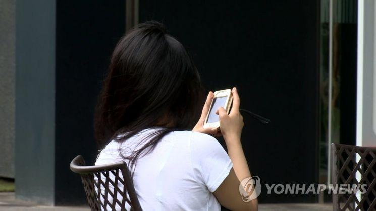 집 근처에서 휴대폰 등을 이용해 찍은 사진을 사회관계망서비스(SNS) 등에 게재하기 꺼려진다는 누리꾼들이 늘고 있다. 사진을 통해 집 주소가 노출될 수 있다는 우려 때문이다. 사진은 기사 중 특정 표현과 관계 없음. / 사진=연합뉴스
