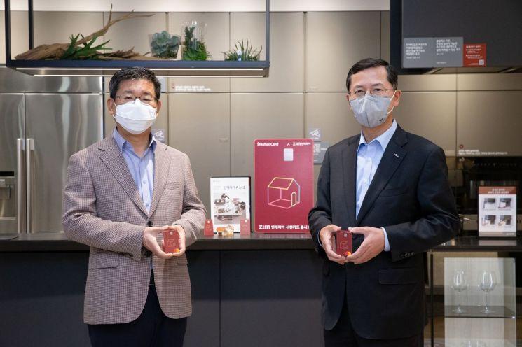 6일 서울 논현동 LG지인 인테리어 지인스퀘어 강남전시장에서 진행한 제휴 조인식에서 강계웅 LG하우시스 대표이사(왼쪽)와 임영진 신한카드 사장(오른쪽)이 기념사진을 촬영하고 있다.
