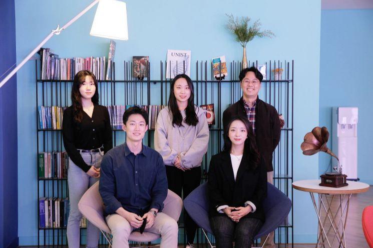 앞줄 오른쪽부터(시계방향)  양예진 연구원, 김정원 연구원, 조효이 연구원, 성아림 연구원, 김건태 교수.