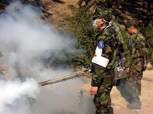 말라리아 예방을 위한 모기 방역소독을 진행하고 있는 군부대. 현재까지 모기 소독은 대부분 살충제를 대기 중에 살포하는 방식으로 이뤄지고 있다. / 사진=연합뉴스