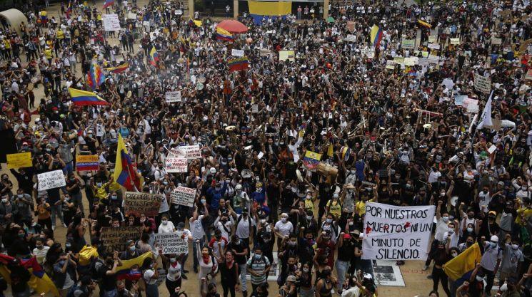 5일(현지시간) 콜롬비아 메데인에서 정부의 세제 개편안에 반발하는 시민들의 시위가 진행되고 있는 모습 [이미지출처=EPA연합뉴스]
