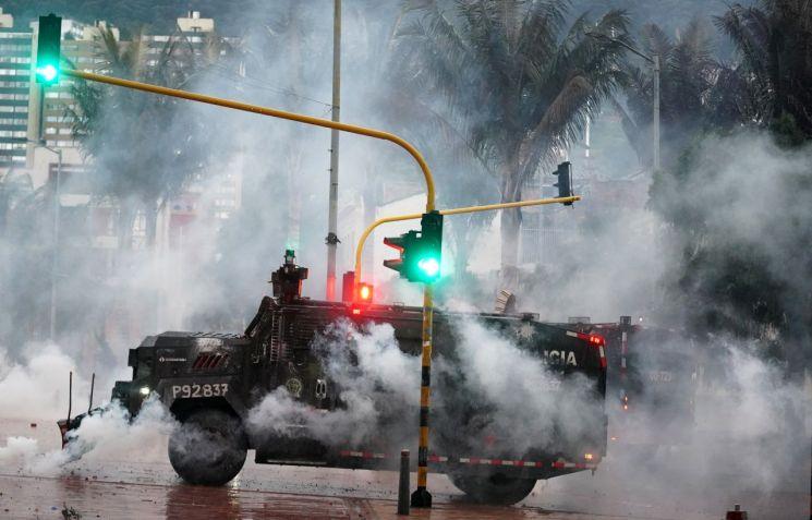 5일(현지시간) 콜롬비아 보고타에서 벌어진 시위를 진압하는 경찰 [이미지출처=로이터연합뉴스]