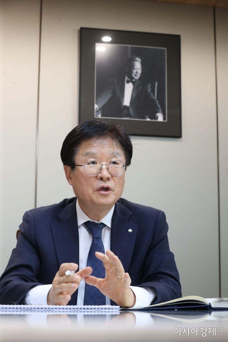 조욱제 유한양행 사장이 창업자인 고(故) 유일한 박사의 사진이 걸려 있는 접견실에서 가진 아시아경제와의 인터뷰에서 올해 경영전략에 대해 설명하고 있다. /문호남 기자 munonam@