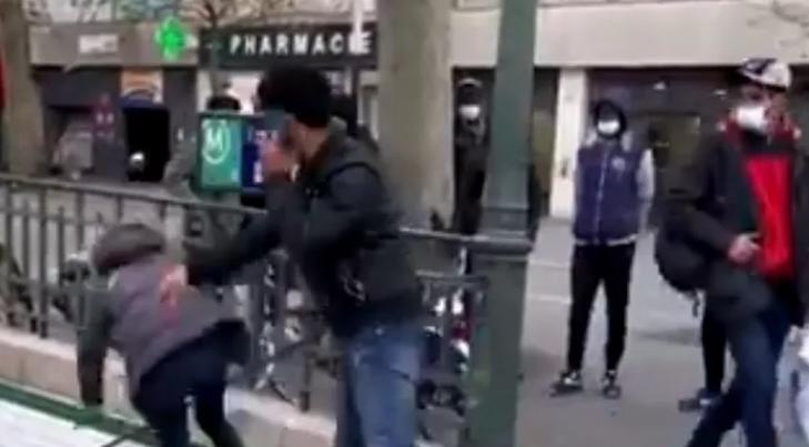 지난달16일 프랑스 파리 시내에서 북아프리카 출신 남성이 한 백인 여성을 지하철역 계단 아래로 밀어버렸다. 사진=d'?cran 트위터 캡처.
