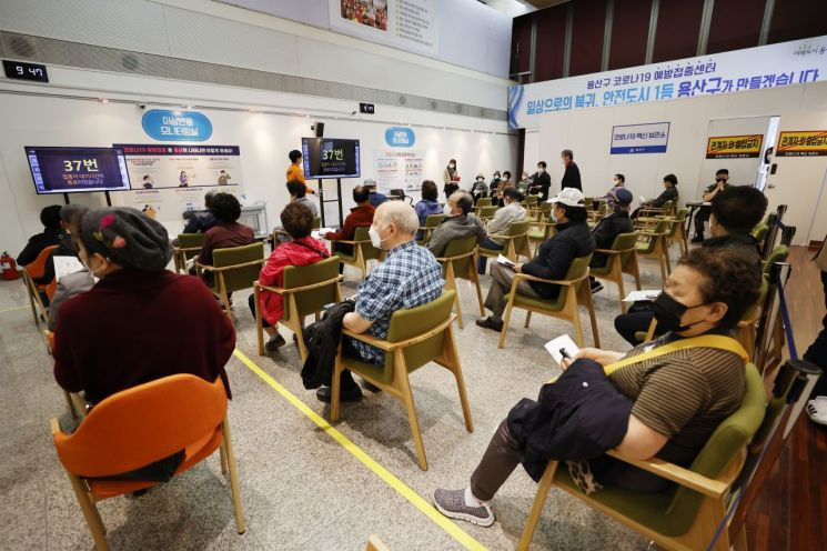 3일 오전 서울 용산구 예방접종센터에서 시민들이 코로나19 백신을 맞기 위해 대기하고 있다.(사진출처=연합뉴스)