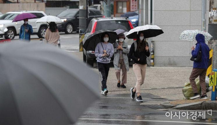 수도권 지역에 비가 내리고 있는 7일 서울 용산구 효창공원역 인근에서 시민들이 우산을 쓰고 이동하고 있다./강진형 기자aymsdream@