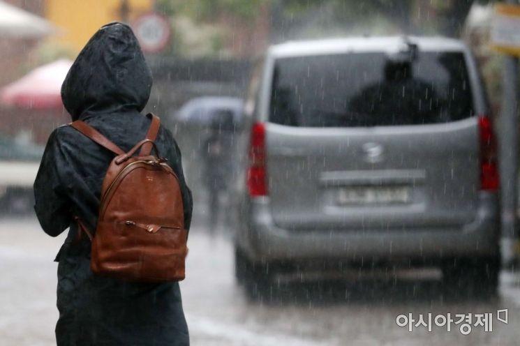전국 곳곳에 황사를 동반한 비가 내린 7일 서울 명동 거리에서 한 시민이 발걸음을 재촉하고 있다. /문호남 기자 munonam@