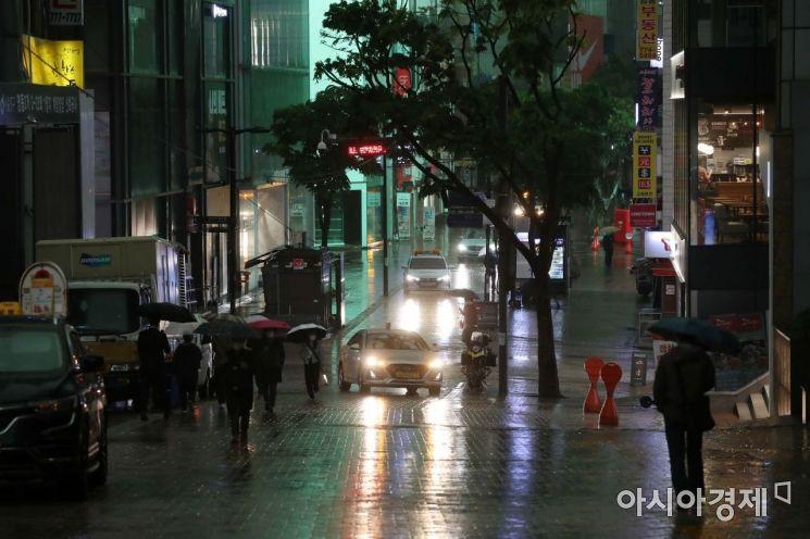 [포토]황사비에 어두워진 오전 10시 서울