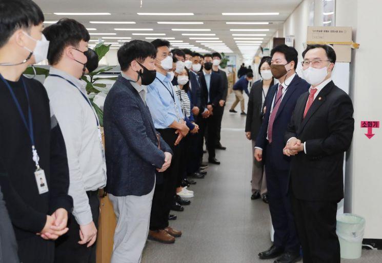 [포토]문승욱 산업부 신임 장관, 사무실 순회