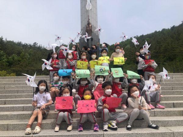 목포 현충탑을 찾은 지역어린이들에게 나라사랑의 의미를 알려주는 좋은 계기가 된 헌화체험 행사.  사진 = 목포시 제공