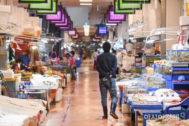 [포토]손님 기다리는 노량진 수산시장 상인들