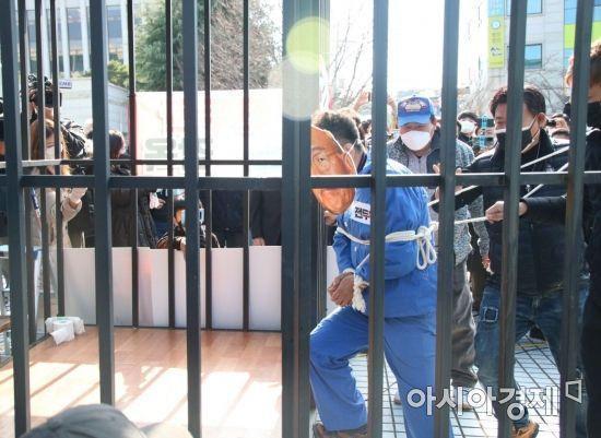 전두환씨의 고 조비오 신부 사자명예훼손 1심 선고 재판을 앞두고 광주지방법원 앞에서 '전두환 감옥보내기' 퍼포먼스가 열리고 있다.
