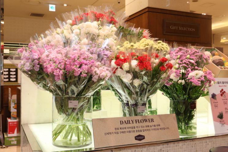 신세계백화점이 코로나19가 장기화되면서 판로 확보가 힘든 화훼농가의 꽃을 대량 매입해 판매하는 행사를 진행한다.