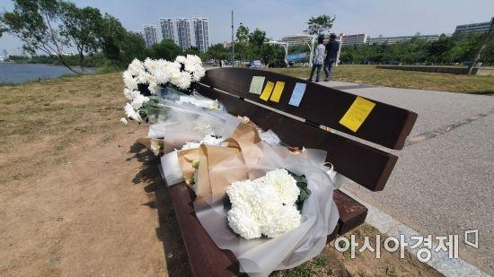 실종됐다 숨진 채 발견된 손정민씨를 추모하기 위해 한강공원 벤치에 국화가 놓여있다. / 사진=이정윤 기자 leejuyoo@