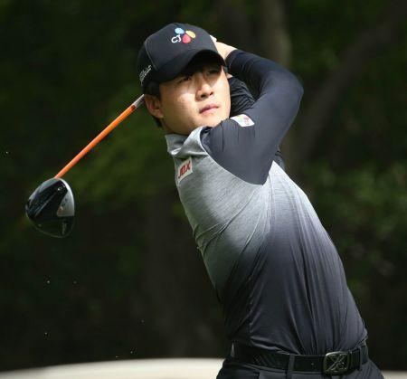 김민규가 매경오픈 둘째날 9번홀에서 티 샷을 날리고 있다.