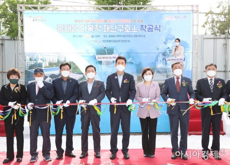 왼쪽 다섯 번째부터 이강덕 포항시장, 김정재 국회의원,  김희수 경상북도의회 부의장.
