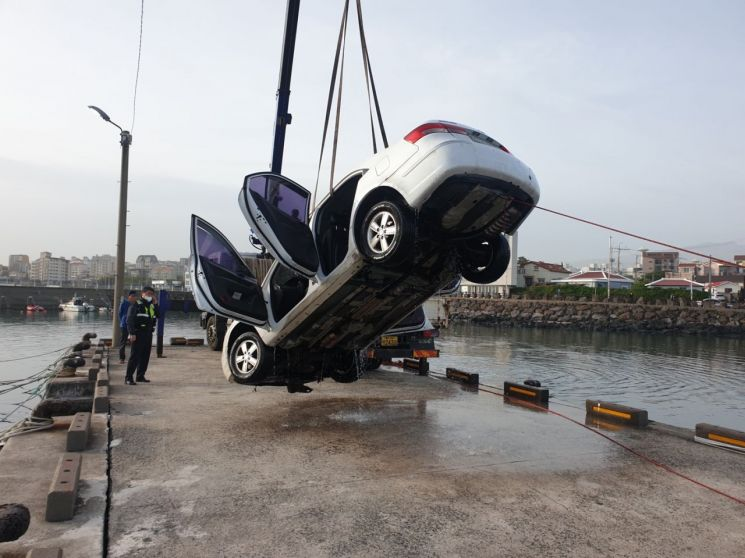 8일 제주시 삼향삼동 포구에서 해상으로 추락한 승용차가 육상으로 인양되고 있다. (사진=제주해경)